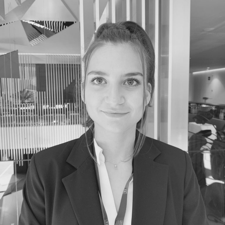 assistante-community-manager-ecomlux-femme-equipe